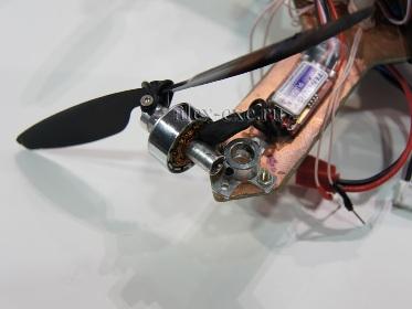 Вырванный плохо прикрученный мотор во время исполнения резкого виража