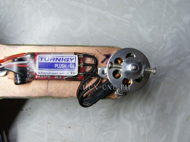 Установленный и припаянный мотор