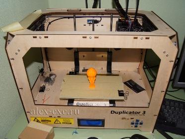 3D принтер Duplicator 3 со свежее напечатанной фигуркой