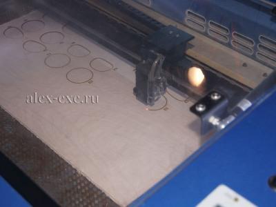 Китайский лазерный ЧПУ резак по дереву в работе