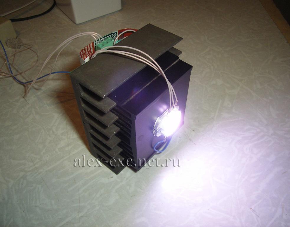От двух пальчиковых батареек или литий-ионного аккумулятора.  Отдельной группой стоят мощные LED драйверы...